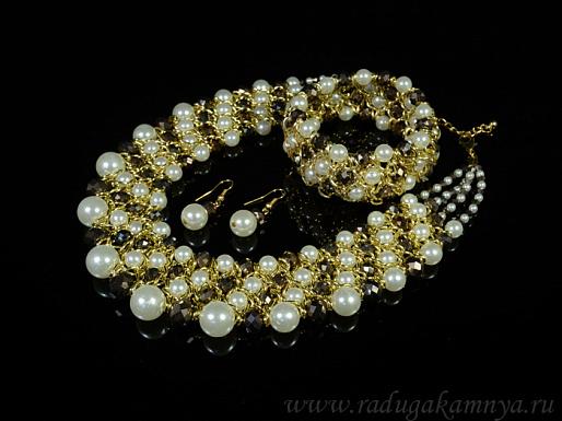 Ожерелье браслет и серьги с цирконом и майоркой с металлом золотистым цв.шоколадный, белый, 38см.