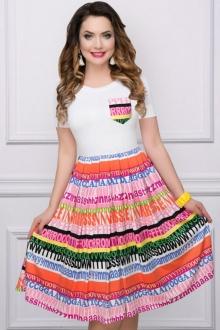 Яркое платье полуприлегающего фасона