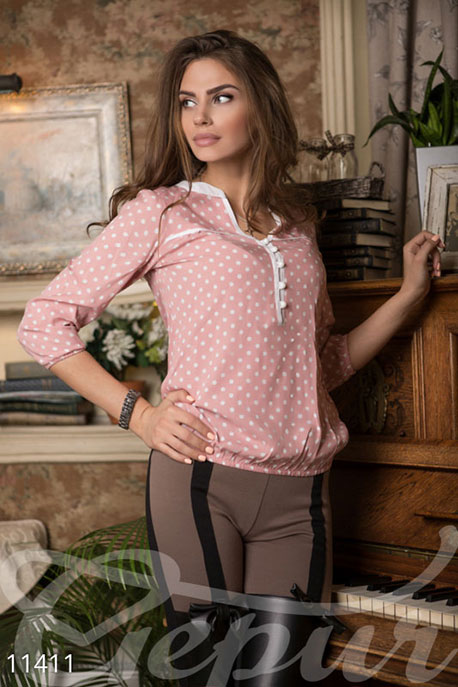 Свободная розовая блузка в горох