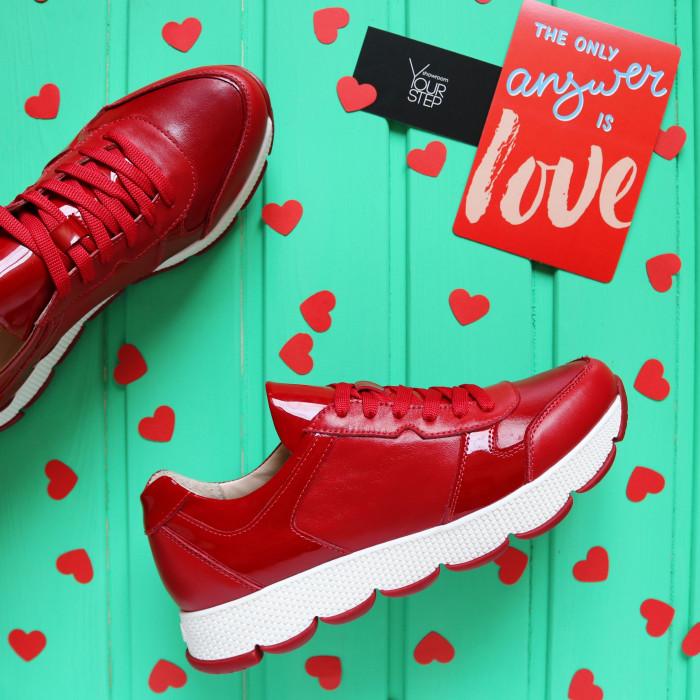 Кроссовки из красной кожи с лаковыми вставками